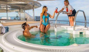 Моторная яхта Hospitality full